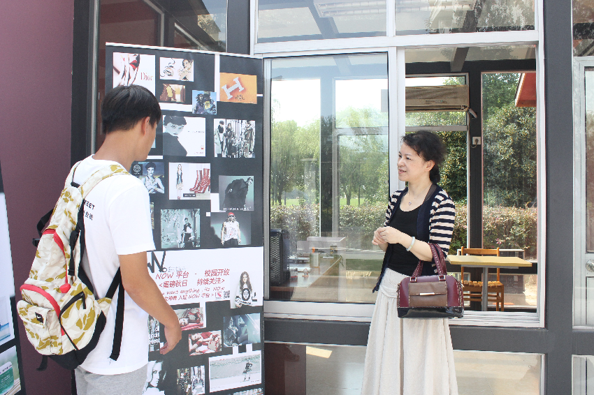 学生向创业指导团专家徐萍介绍创业项目