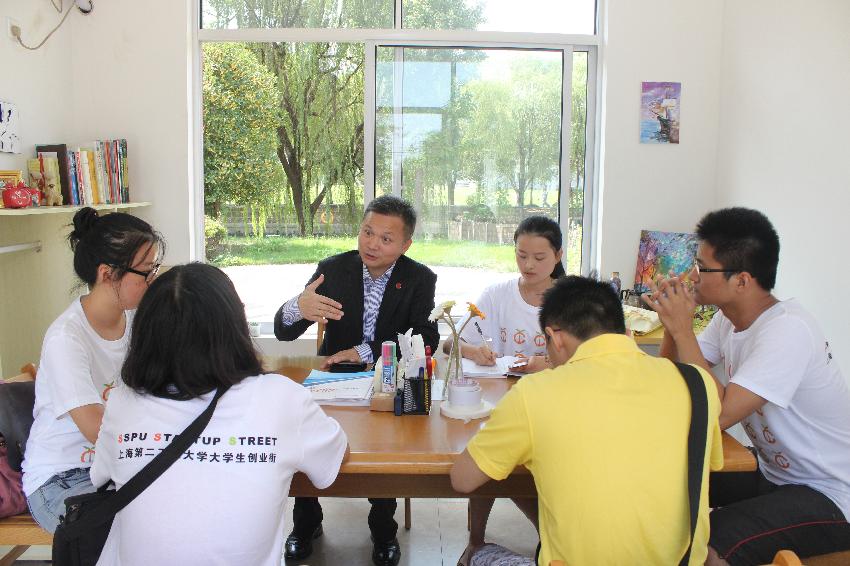 创业指导团专家徐正国在创业街与学生座谈